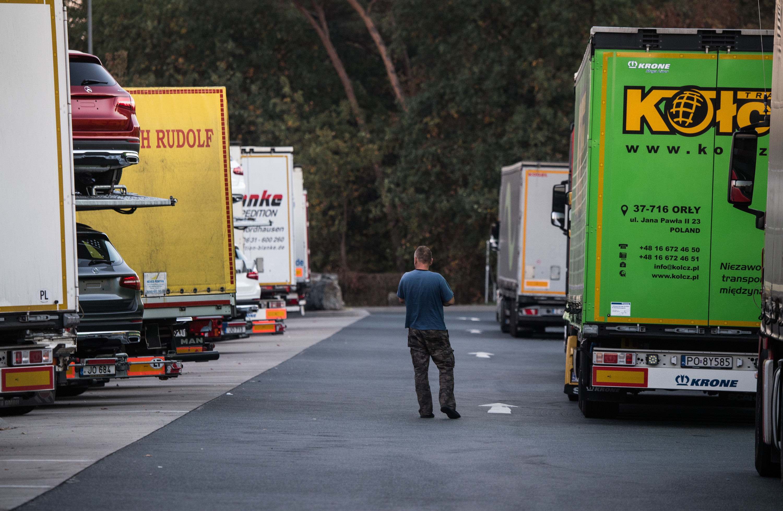 Een vrachtwagenparkeerplaats in Duitsland. Volgens het Federal Highway Research Institute (BASt) komt Duitsland meer dan 25,000 parkeerplaatsen voor vrachtwagens tekort. – © Andreas Arnold / dpa Photo via Newscom