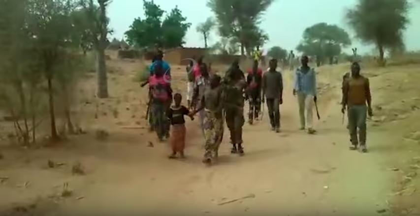 De vrouwen die ervan werden beschuldigd bij Boko Haram te horen worden samen met hun kinderen door een groep soldaten naar de dood geleid. Still uit het filmpje dat viral ging.