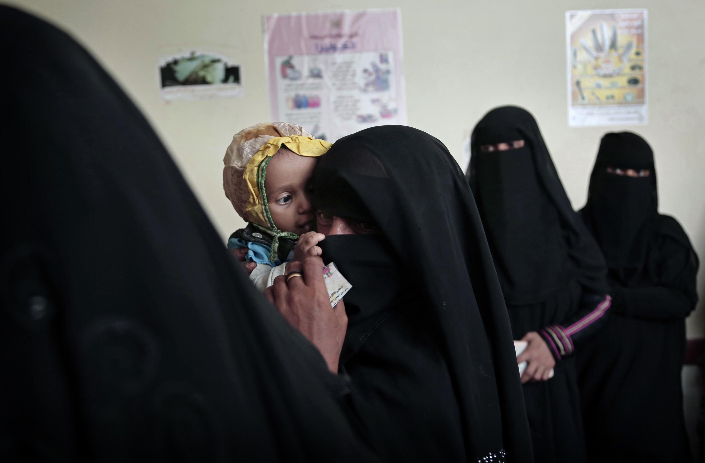 Moeders en kinderen in het ziekenhuis van al-Khoukha, Jemen. De voorraden van het ziekenhuis zijn op, 40 procent van de kinderen is ondervoed. Door de oorlog zijn vluchtroutes afgesneden. – AP Photo / Nariman El-Mofty