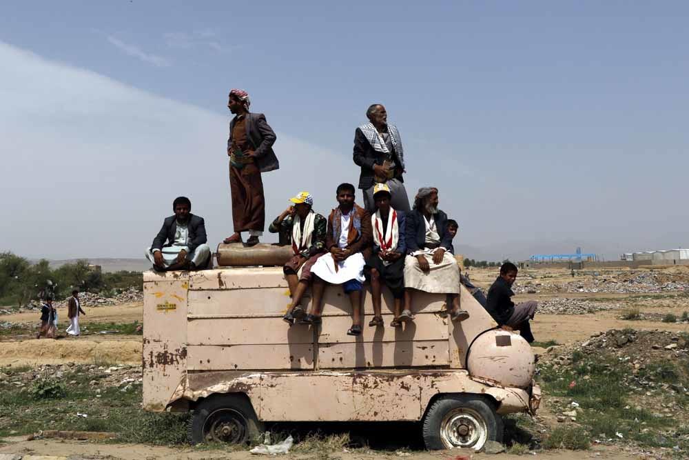 Rouwende toeschouwers kijken naar de begrafenisstoet voor de slachtoffers van de luchtaanval op een bus in Sa'dah, begin augustus, waarbij 51 doden vielen, onder wie 40 kinderen.– © Getty Images