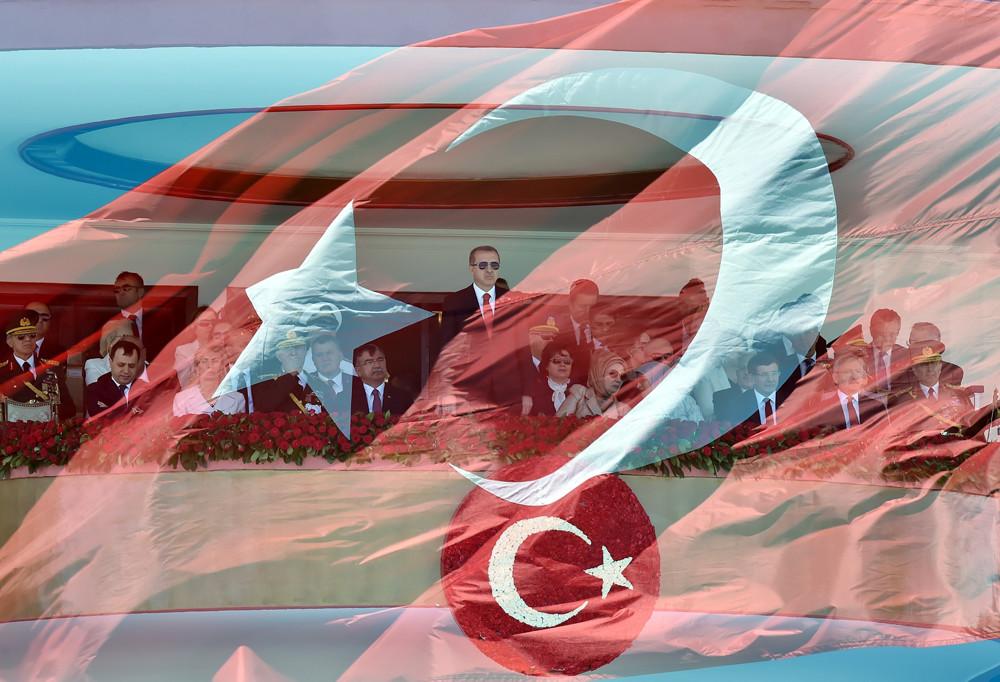 De Turkse president Erdogan (m) eind augustus bij de herdenking van de Turkse Onafhankelijkheidsoorlog in Ankara. © Murat Cetinmuhurdar / Getty Images