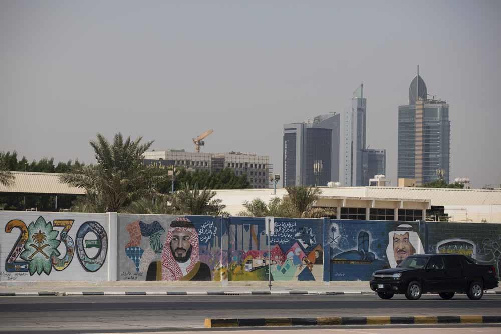Reclame voor Vision 2030, een ambitieus plan van MBS dat de transformatie van Saoedie Arabië schetst van een olie-economie naar een geavanceerde technologische samenleving. – © Getty Images
