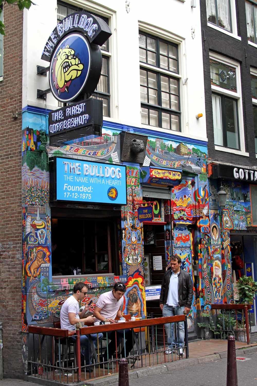 The Bulldog, de eerste coffeeshop in Amsterdam die in 1974 opende op de Wallen en inmiddels een keten is met vijf coffeeshops en ook nog enkele kleding- en souvenirwinkels. © Hollandse Hoogte