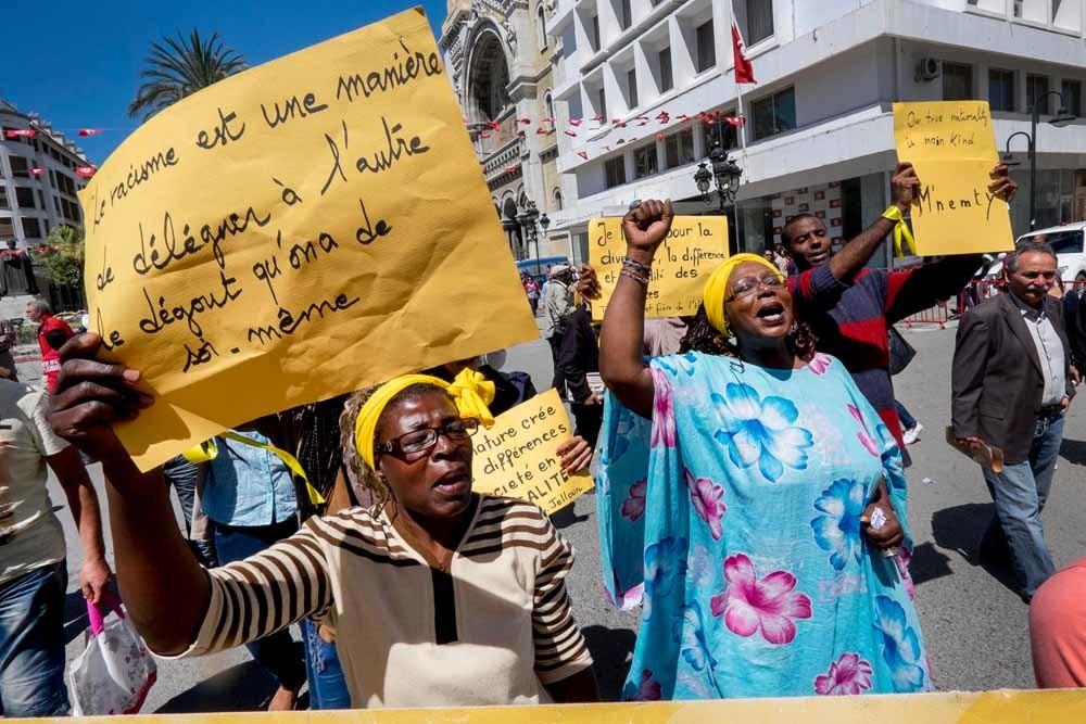Tunesiërs demonstreren tegen racisme in de hoofdstad Tunis. – © Getty Images
