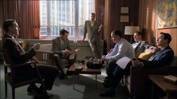 De mannen van reclamebureau Sterling Cooper in bespreking.