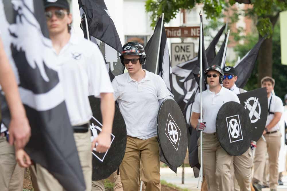 Neo-nazi's, witte racisten en andere alt-rechtse groeperingen zijn in Charlottesville, Virginia, op weg naar het Emancipation Park voor de 'Unite The Right'-rally, die later zou worden geannuleerd wegens rellen. – © Getty