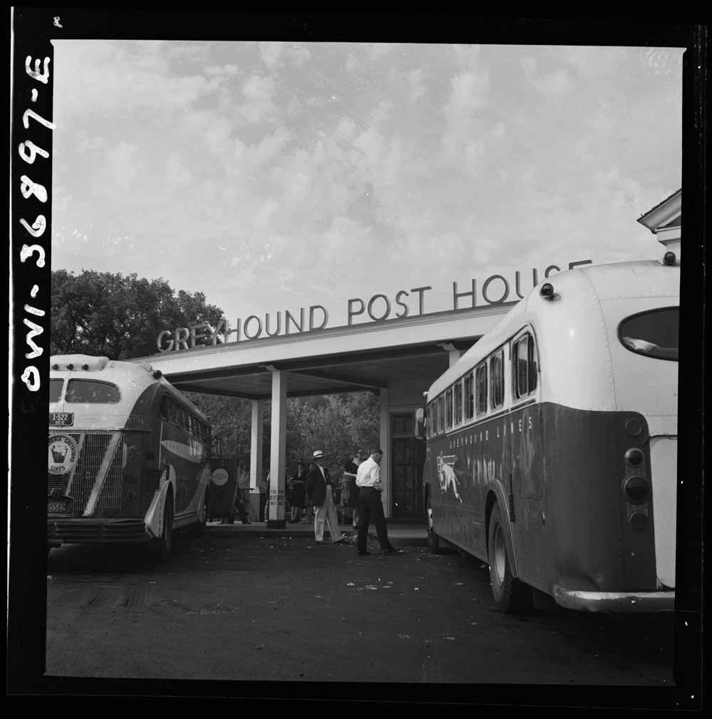 1. Twee Greyhounds rijden van Washington D.C. naar Pittsburgh, Pennsylvania. 2. Passagiers wachten op het platform van de Greyhound-terminal in Pittsburgh, 1943. – © Esther Bubley