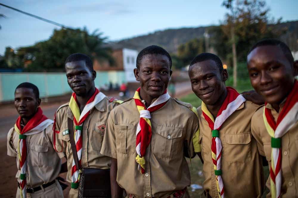 Scouts van jeugdorganisatie Flambeaux werken als veiligheidsbewaker bij een event in het Complexe Scolaire International Galaxy in Bangui (CAR). – © Will Baxter