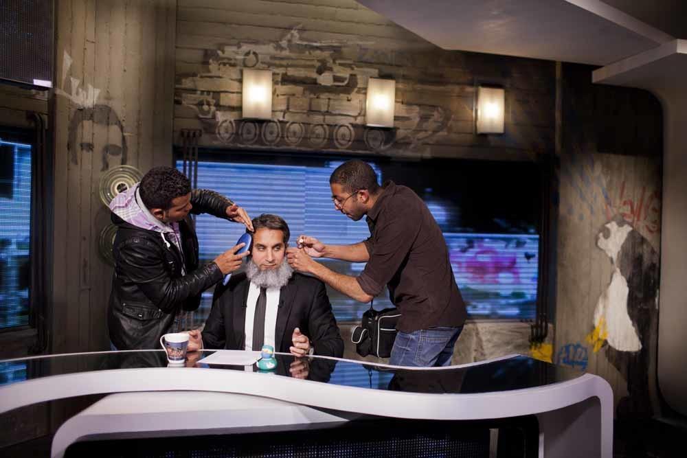 Tv-host Bassem Youssef krijgt nog wat make-up voor zijn satirische nieuwsprogramma Al Bernameg begint, een soort Egyptische variant op The Daily Show. – © Getty Images