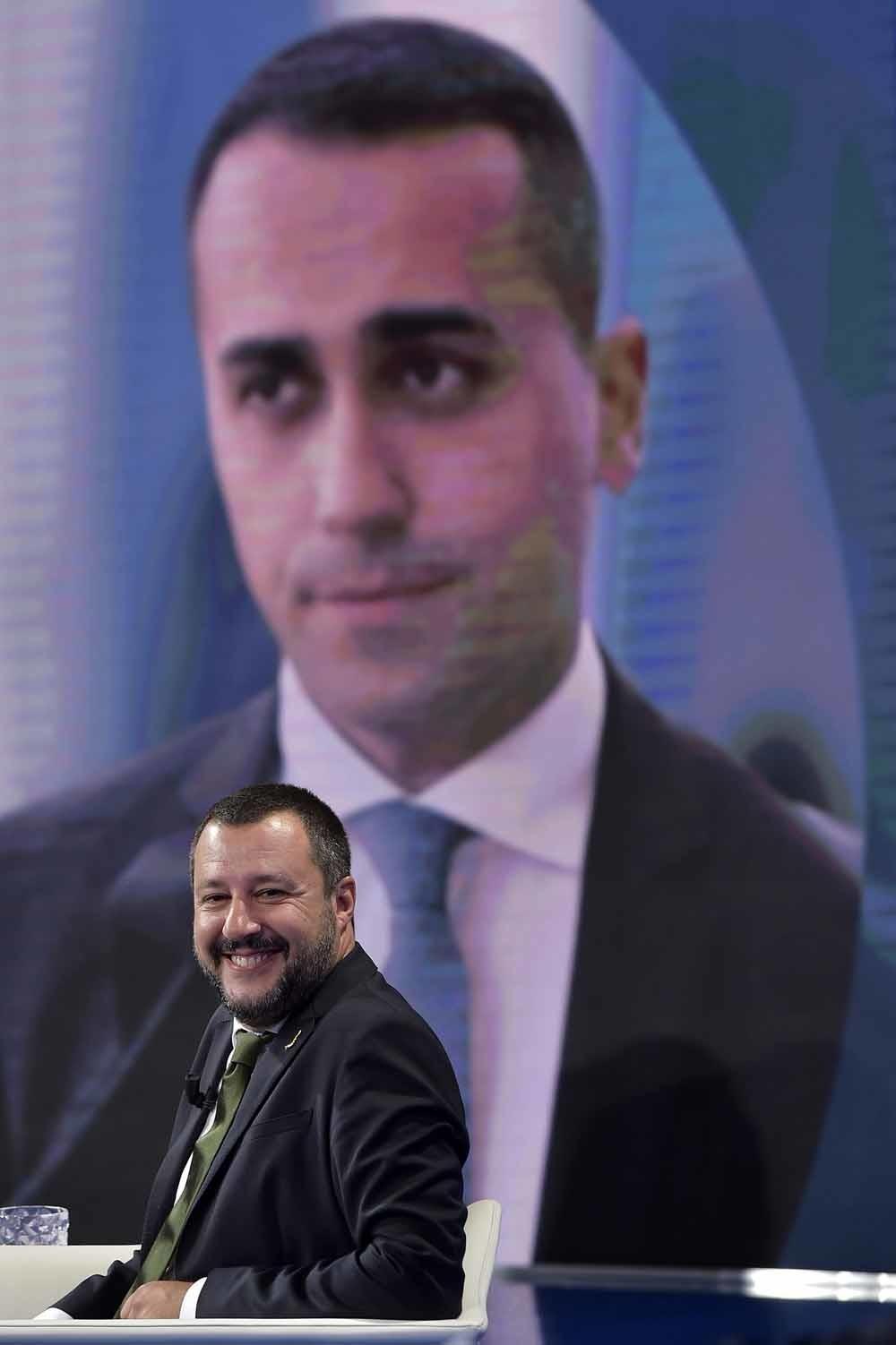 Matteo Salvini is te gast in tv-show Porta a Porta, met Luigi Di Maio groot op het scherm achter hem. – © HH