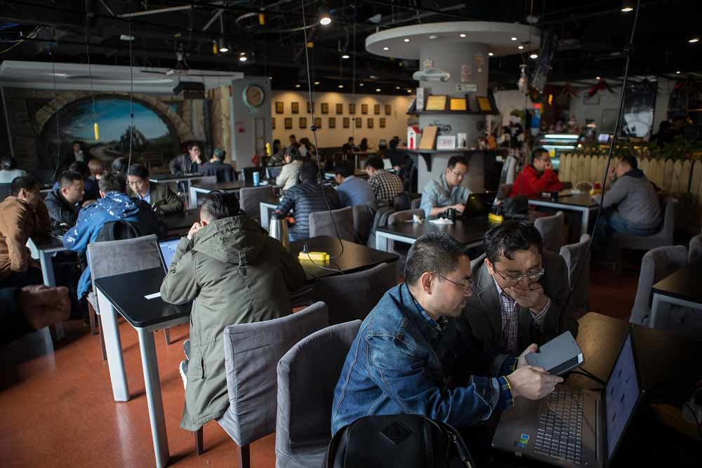 Chinese ondernemers in een gedeelde werkruimte in Zhongguancun, het Silicon Valley van Beijing. – © Getty Images