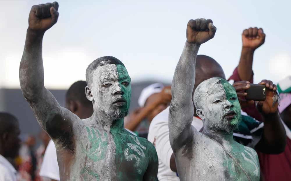 Aanhangers van de Social Democratic Front protesteren tegen de herverkiezing van president Biya. – © HH