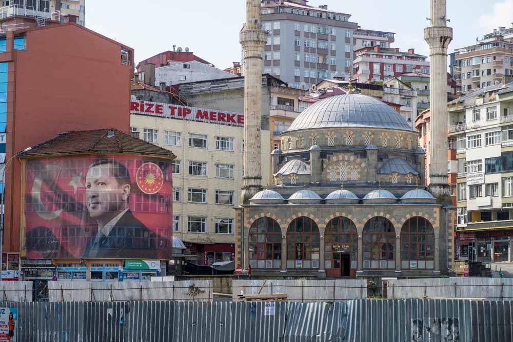 In Rize, de geboortestad van president Erdogan, is zijn portret op veel plaatsen te zien op muren en vlaggen – © HH