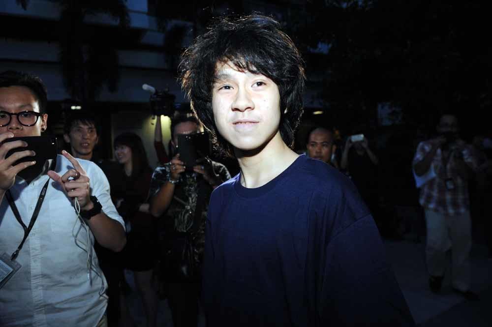 Amos Yee verlaat het gerechtsgebouw in Singapore in mei dit jaar. Hij werd veroordeeld tot vier weken cel wegens belediging van de overleden Vader des Vaderlands, oud-premier Lee Kuan Yew. © Then Chih Wey / Xinhua News Agency