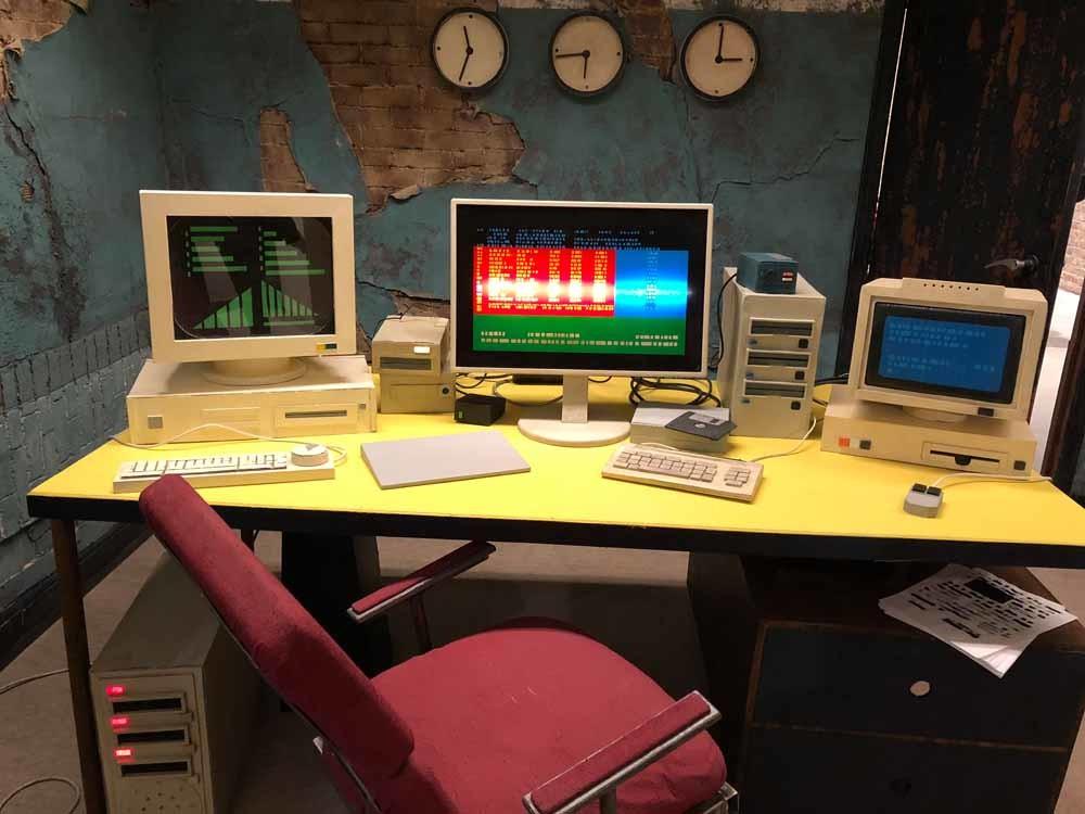 Een desolate controlekamer met schermen, data en knoppen, uit de installatie I've lived for so many years now... van de Belgische kunstenaar Rinus van de Velde, König Galerie Berlin.