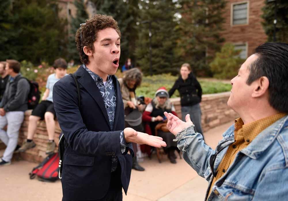 Studenten discussiëren buiten op de campus van de Colorado-universiteit waar het presidentiële debat van de Republikeinen in oktober 2015 werd gehouden. – © Getty Images
