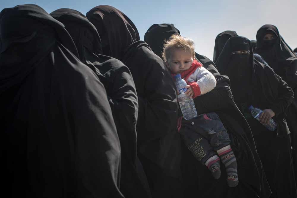 Burgers vluchten uit Bagouz, het laatste bolwerk van het IS-kalifaat. De SDF screent ze op IS-sympathieën. © Getty Images