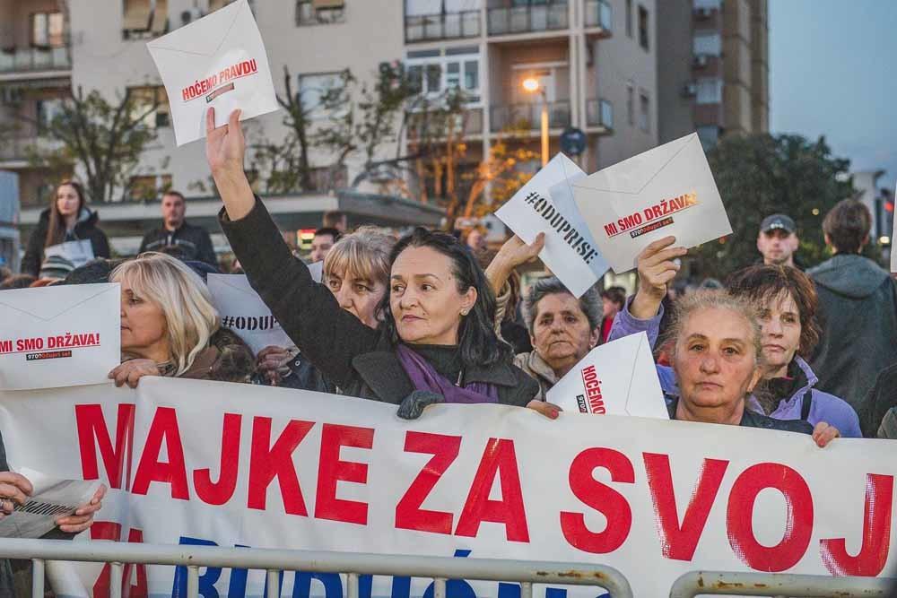 Montenegro. In Montenegro eisen de burgers die zich hebben verenigd in de beweging '97.000 – kom in verzet!' hervorming van de recht spraak en het vertrek van verscheidene belangrijke machthebbers. - © HH