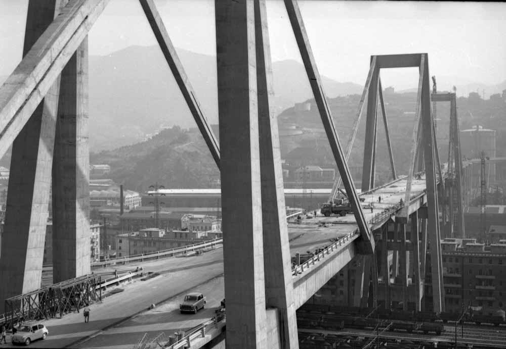 Het Polcevera-viaduct in de Italiaanse havenstad Genua, beter bekend als de Morandi-brug, in betere tijden (1967). Op 14 augustus 2018 stortte de brug grotendeels in. – © Getty Images