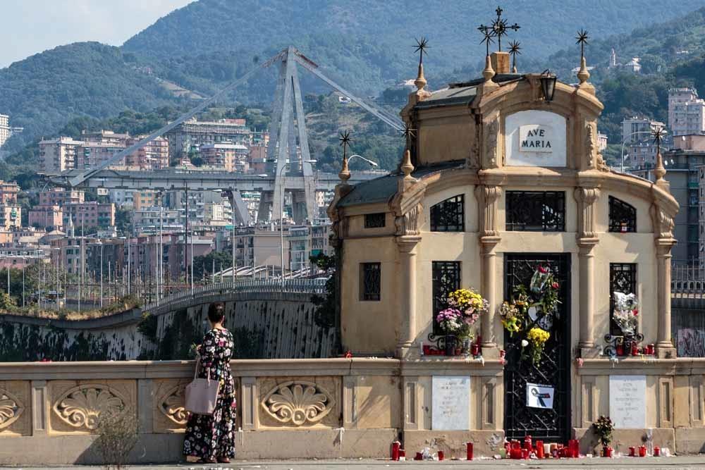 Bij een kapel zijn bloemen en kaarsen neergelegd ter nagedachtenis aan de 43 doden die vielen bij het ineenstorten van de Morandi-brug. – © Getty Images