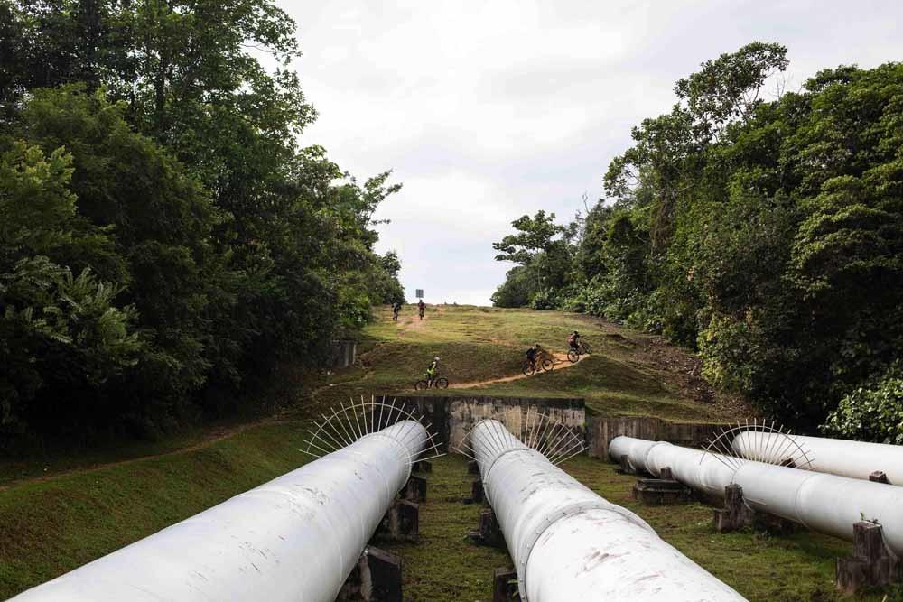 Deels bovengrondse waterleiding tussen Maleisië en Singapore die bekendstaat als The Pipeline Trail, een populaire wandelroute van 12 kilometer. – © RedBull