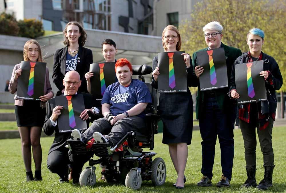 De Schotse minister van Onderwijs John Swinney (links voor) en andere betrokkenen in de kwestie. – © Jane Barlow/PA Images