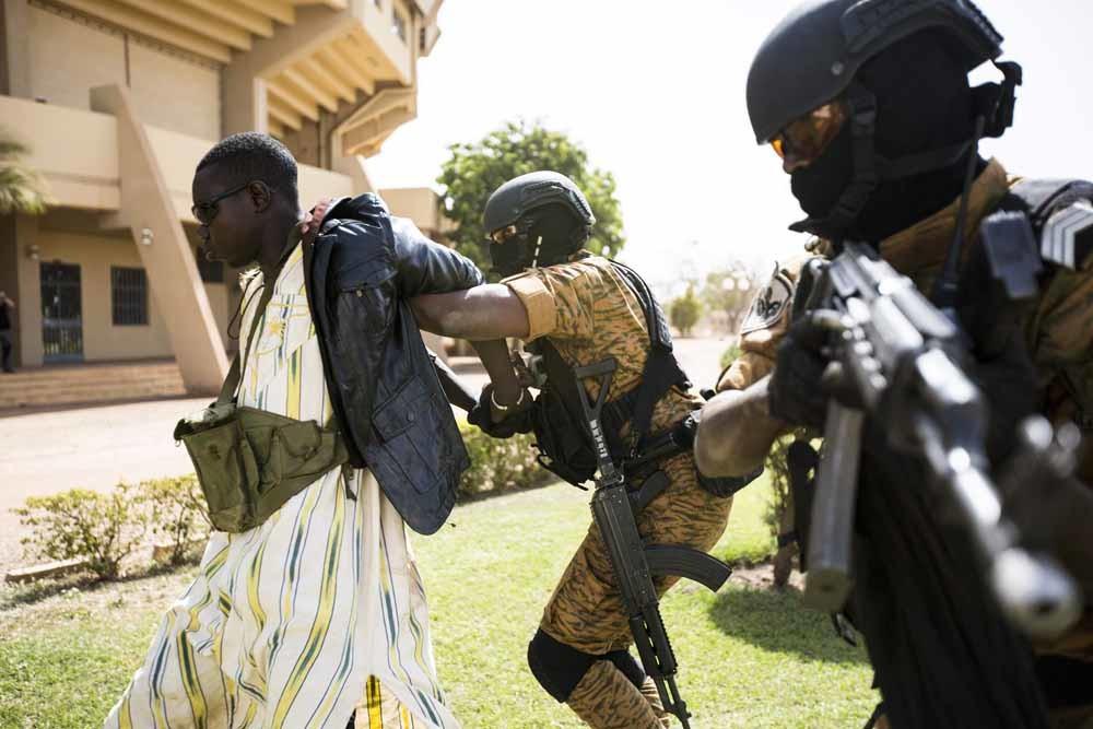 Ouagadougou, Burkina Faso, 27 februari 2019. Een gesimuleerde terroristische aanslag op de buitenlandse ambassade als onderdeel van een multinationale militaire oefening. – © HH