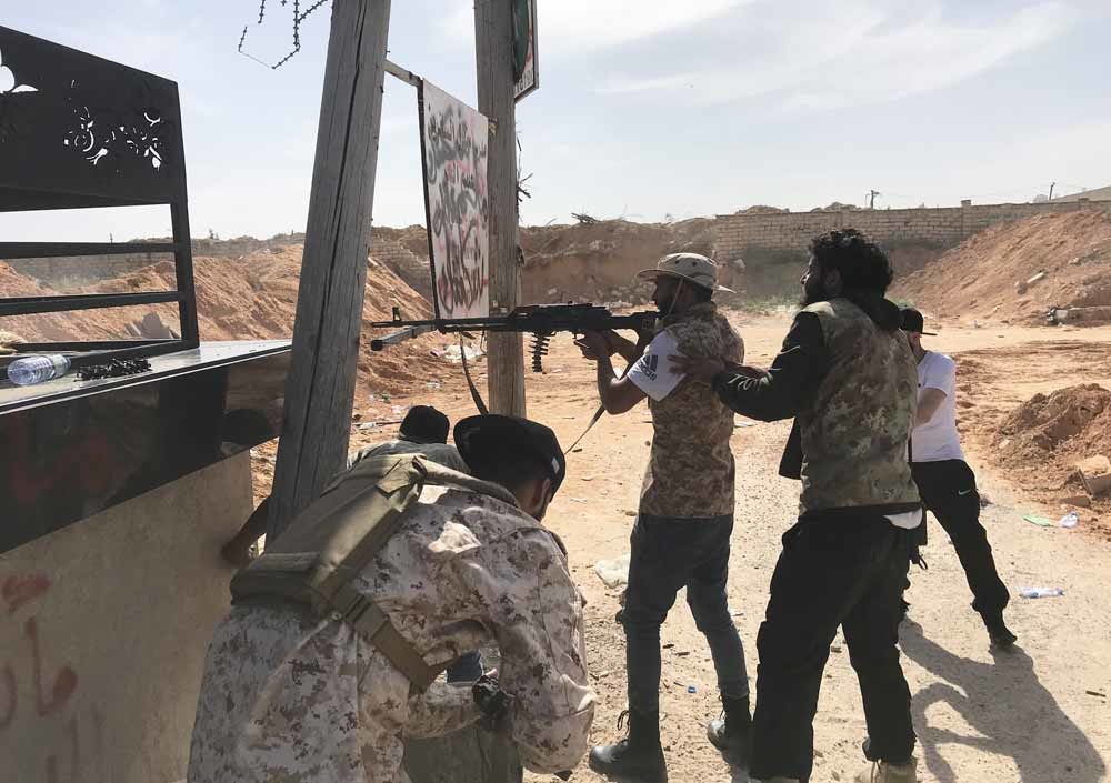 LNA-troepen ten zuiden van Tripoli, in een vuurgevecht met GNA-troepen, 10april. © Hazem Turkia/Anadolu Agency