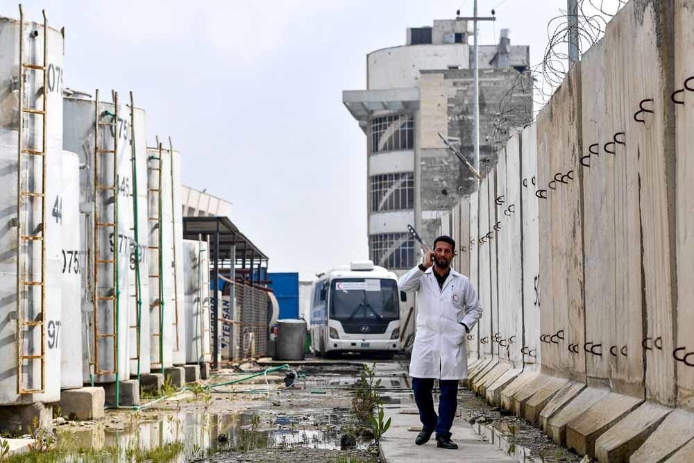 Een arts bezoekt het verwoeste ziekenhuis In Mosul. – © Dirk Waem