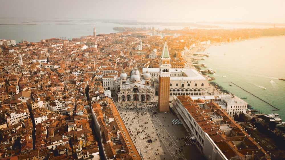De Venetianen hebben twee pestuitbraken meegemaakt, deze toestroom beschouwen ze zo'n beetje als de derde.  © Unsplash