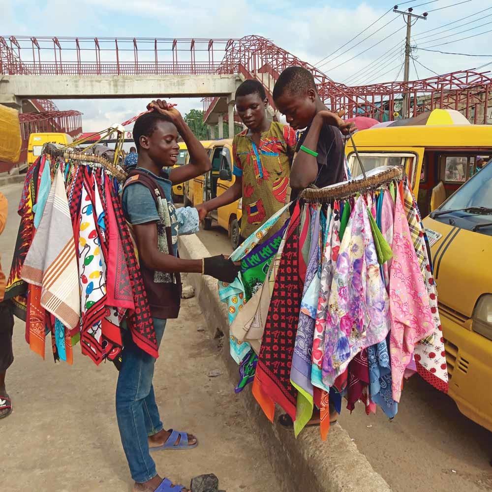 Ambulante verkopers proberen op straat hun handel te slijten, ondanks het verbod op illegale straatverkoop. – © Adekunle Ajayi/Zuma Press