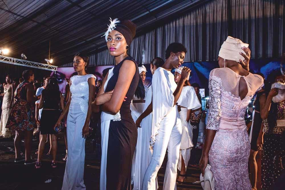 Fotomodellen dragen de ontwerpen van Ejiro Amos Tafiri tijdens Lagos Fashion en Design Week. – © HH