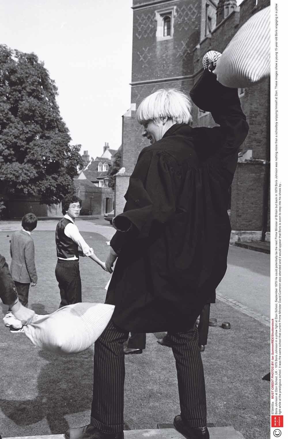 Boris Johnson in een kussengevecht op Eton in 1979. – © HH