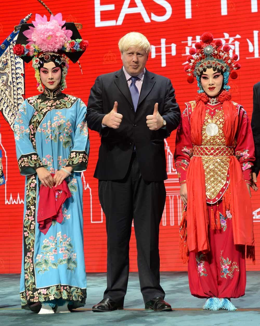 Johnson ontmoet actrices van de Peking- opera in zijn functie als burgemeester van Londen. – © Stefan Rousseau / Getty