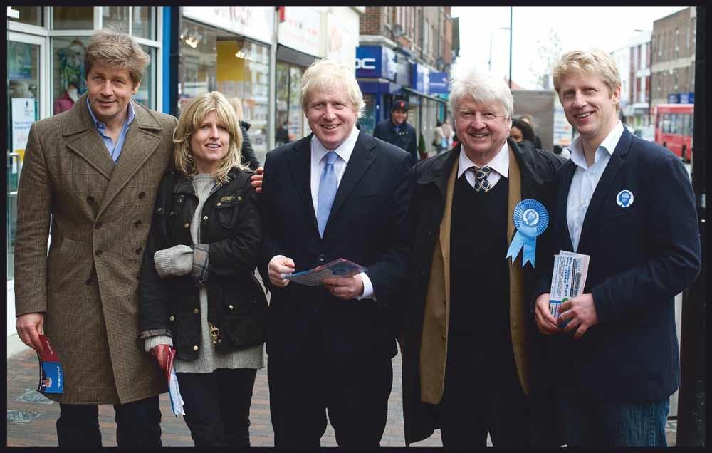 Johnson met zijn familie, van links naar rechts, zijn broer Leo, zus Rachel, broer Boris, zijn vader Stanley en broer Jo op campagne in Orpington in 2012. – © Andrew Parsons/ i-Images / Polaris