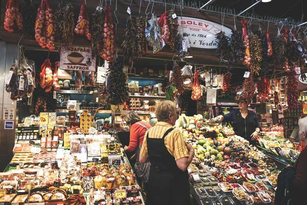 Geïmporteerde groente, bedreigde vissoorten, rundvlees zelfs (methaan!). Vol weerzin annuleer ik. Ik moet ergens heen waar ik zonder bedenkingen kan eten en drinken.  © Jessica / Unsplash