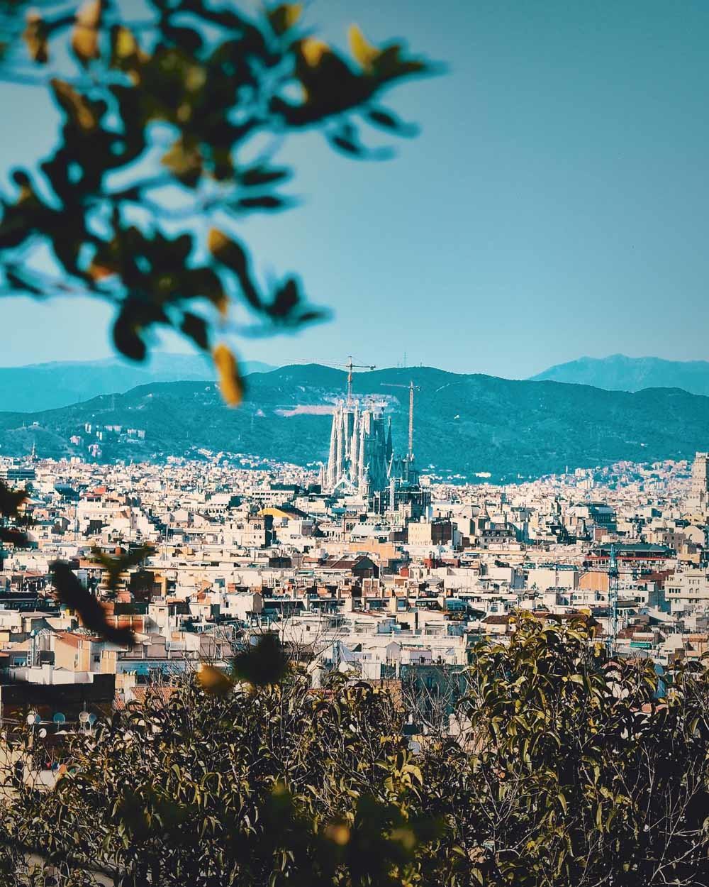De Sagrada Familia, slechts één blok van het hotel verwijderd, neem ik voor kennisgeving aan. Voorbeeldtoeristen moeten de grootste drukte vermijden.  © Lucas Neves / Unsplash