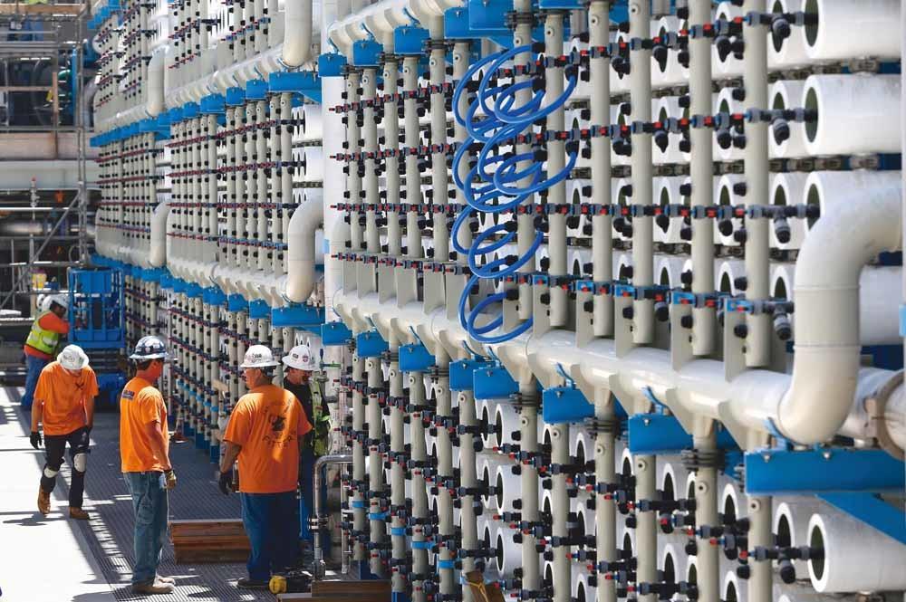 Irrigatiekanelen in Saoedi-Arabië voorzien het land van vers water dat komt uit diepe aardlagen of ontziltingsfabrieken. – © Tom Hanley / Alamy Stock Photo