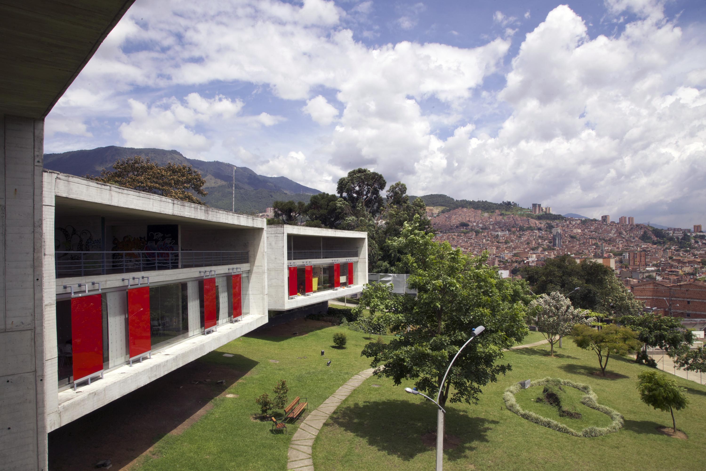 De bibliotheek La Ladera, Medellin. Hij is beschikbaar voor de bewoners uit de omliggende slums en er worden o.a. sportaciviteiten, internetcursussen en voorleesuren georganiseerd. © Paul Smith / The New York Times / HH