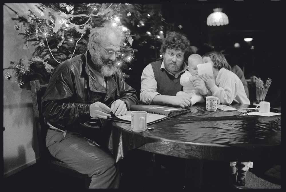 Sacks met Ben van de Wetering en zijn kinderen, Amsterdam, december 1987 – © Lowell Handler