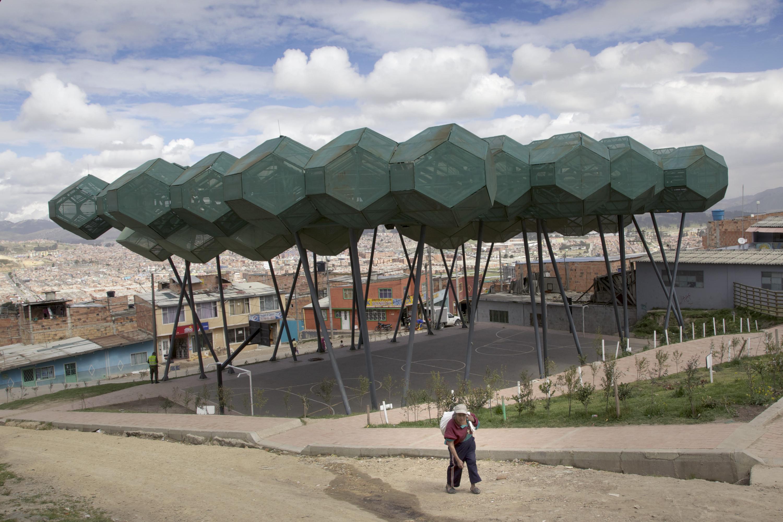 Een door Mazzanti ontworpen bladerdak boven een groot stuk grond dat is bedoeld als dorpsplein voor de zeer gewelddadige en arme sloppenwijk Cazuca, Bogotá, Colombia. © Paul Smith / The New York Times / HH