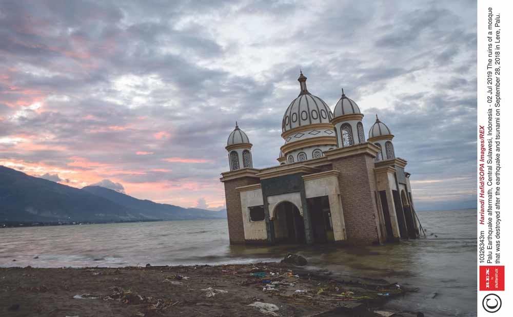 De ruïne van een moskee in Palu die  vorig jaar werd verwoest door de aardbeving en tsunami op 28 september. © Hariandi Hafid / HH