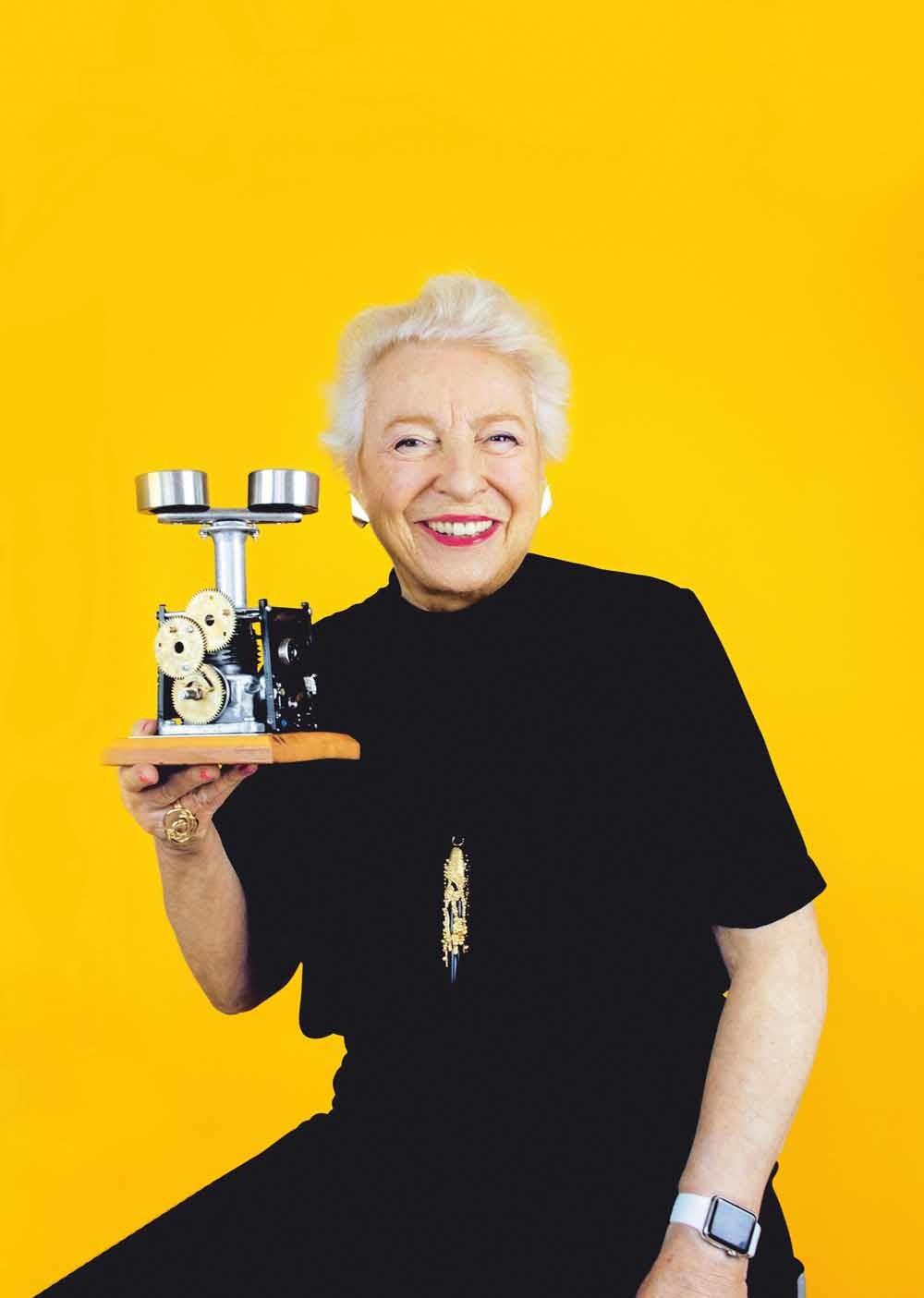 Shirley met een oude ponskaartenmachine die gebruikt werd voor code. © Miele Passmore