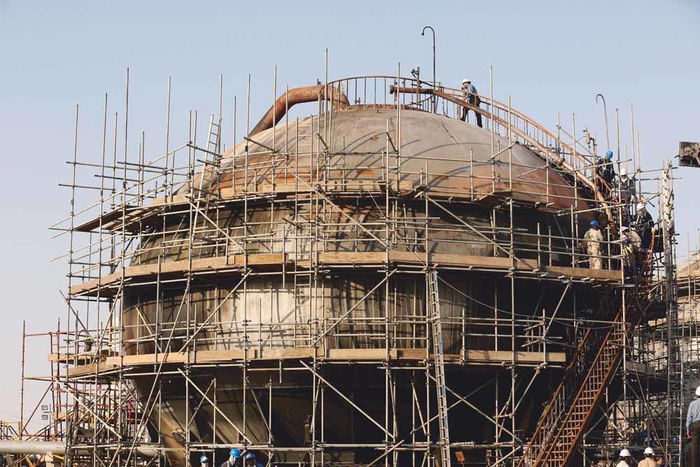De herstelwerkzaamheden van de Saoedische olieseparator die getroffen is door de aanval op 14 september zijn al begonnen. – © Amr Nabil / AP Photo.