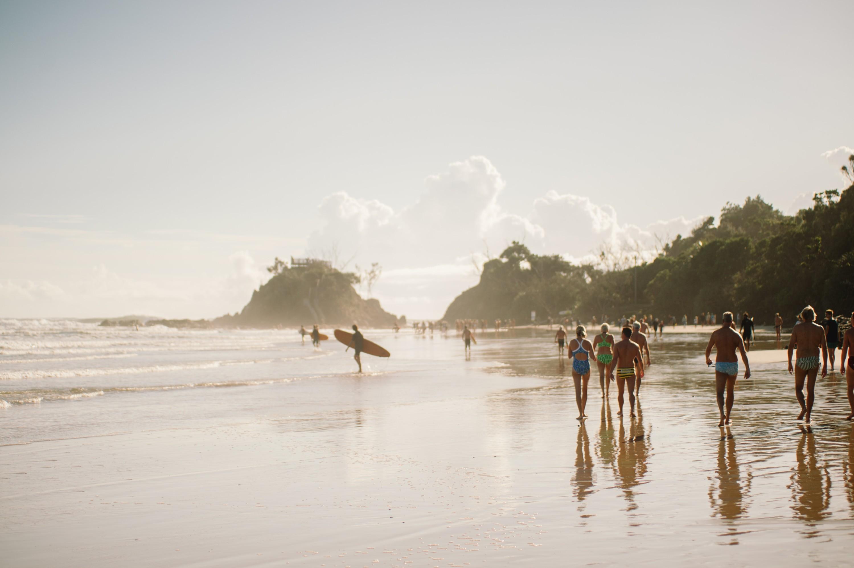 Byron Bay. Hier ijkt het leven niet zozeer een voortdurende vakantie, als wel en voortdurende reisreportage; een iets overbelicht, subtiel verzadigd, contrastrijk beeld van zorgeloze orde en beheersing. – © Unsplash