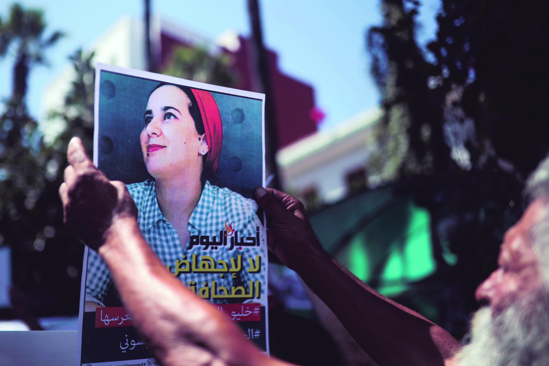 Een man houdt tijdens een demonstratie een afbeelding omhoog van Hajar Raissouni met de tekst 'Vrijheid voor Hajar'. – © Mosa'ab Elshamy / AP Photo / HH