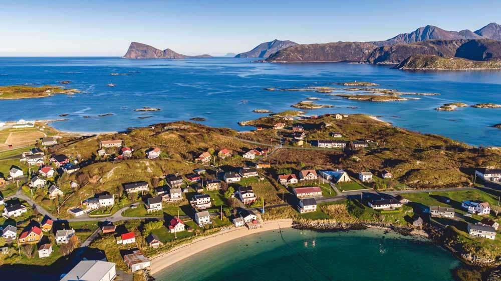 Het Noorse eiland Sommarøy ligt binnen de poolcirkel en telt in de zomer 76 dagen waarop de zon niet ondergaat.