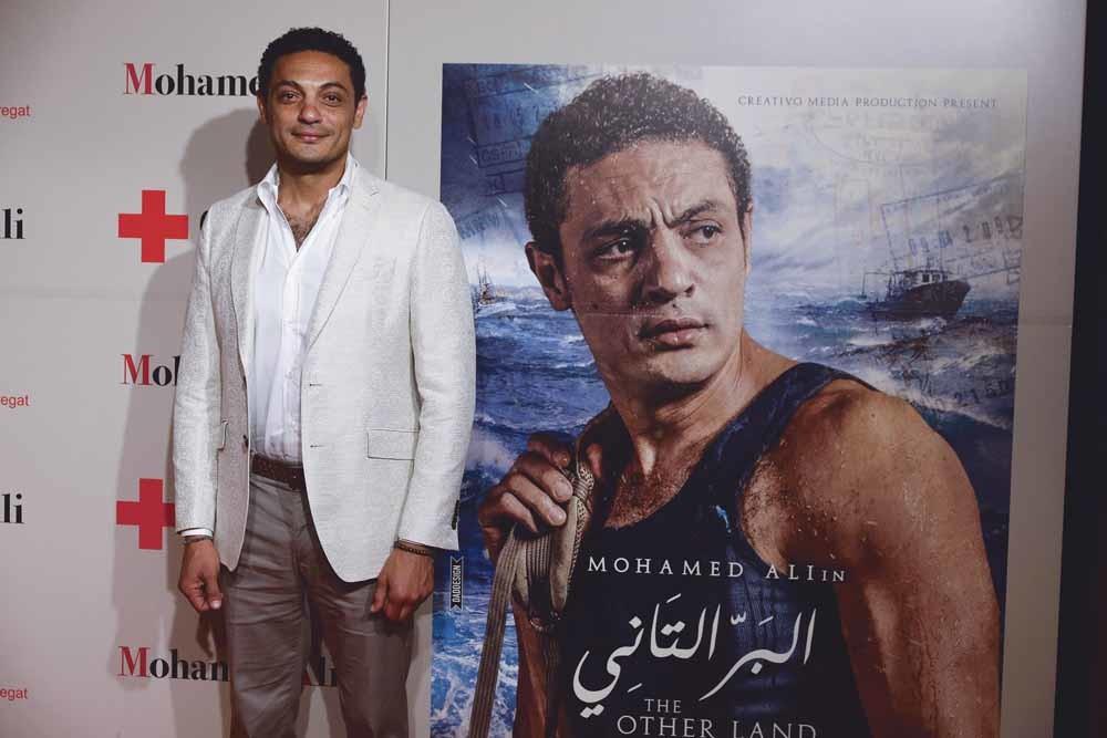 Foto 1: Mohamed Ali bij de première van Elbar El Tani (Other Land).  Foto 2: Ali krijgt de Luxembourg Peace Prize uitgereikt.– © Luxembourg Peace Prize