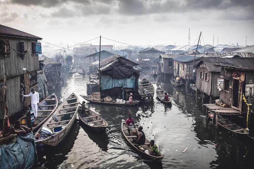 Vissersgemeenschappen aan de Lagos Lagoon lopen het risico om hun huizen kwijt te raken aan de oprukkende stad. Aan de oevers van deze natuurlijke haven wonen zo'n 150.000 mensen.© Jesco Denzel / HH