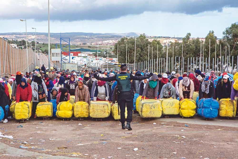 De porteadoras bij de grensovergang tussen Marokko en de Spaanse enclave Melilla. De grenzen van Ceuta en Melilla met Marokko zijn de enige grenzen over land tussen de EU en Afrika. – © Ana Nance / Redux / HH
